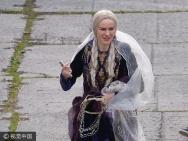 娜奥米《奥菲利亚》热拍 金发双麻花辫造型复古