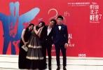 """6月17日举行的上海优乐国际节开幕式,迪士尼《假如王子睡着了》终于揭开面纱:优乐国际发布概念海报""""小爱情""""-- 手绘版的陈柏霖、林允化身mini恋人,夏夜晚风中,相偎小憩在风铃上。随后,两位画中人走出童话书,步入本届上海国际优乐国际节,与另一位主演张云龙及导演王郢共赴开幕式红毯,为观众开启前往""""梦""""的大门。本片预计于年内上映,与中国观众拉钩约定,共享爱的小确幸。"""