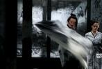 日前,外媒首度曝光了由张艺谋执导新片《影》的四张剧照,主演邓超、孙俪、郑恺、关晓彤现身在这一组剧照中。