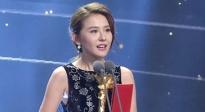 热依扎荣获最受关注女主角 甜笑登台秀家乡话