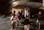 """饰演""""多米诺""""的莎姬·贝兹已经进组《死侍2》开始在温哥华拍摄,这位顶着爆炸头的女演员似乎是在拍摄空中降落戏,背着降落伞包的她看起来十分轻松,身穿皮裤,头戴超大太阳镜,《死侍2》中不乏个性鲜明的角色。"""