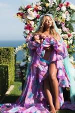 碧昂斯晒双胞胎合照庆满月 鲜花围绕似画中圣母