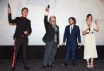 由英国进行式电影公司(Working Title)出品的飙车动作大片《极盗车神》(Baby Driver)近日相继在新西兰和澳洲举办了盛大的首映礼,导演埃德加·赖特携片中两位主演安塞尔·埃尔格特以及莉莉·詹姆斯惊艳亮相,实力挺进大洋洲。而超级名导《指环王》系列导演彼得·杰克逊、《疯狂的麦克斯》导演乔治·米勒也分别坐镇惠灵顿和悉尼,尽地主之谊与《极盗车神》导演埃德加·赖特展开了对谈,对影片给予了极高评价,详细解读影片背后的精彩创作故事。