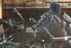 """《雷神3:诸神的黄昏》(以下简称《雷神3》)概念艺术图近日登上《帝国》封面,""""死神海拉""""与""""雷神""""激斗得难舍难分,大战三百回合至昏天黑地。整幅画作线条细腻、人物轮廓清晰,神态也描绘得十分生动,黑白格调略显压抑,唯有""""雷神""""斗篷的那一抹血红较为鲜艳。"""