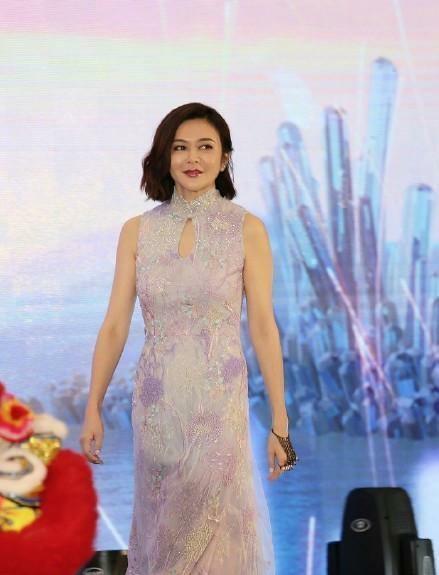 关之琳淡紫色旗袍礼服现身,尽显身材,虽已54岁,但身材保持的很好,韵味