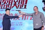 """8月8日,动作冒险沙龙网上娱乐《侠盗联盟》在京举办首映发布会,沙龙网上娱乐冯德伦携刘德华、舒淇、张静初、杨祐宁、让·雷诺、沙溢亮相,当天也是刘德华伤后宣布复工以来首度出席沙龙网上娱乐活动。当天,刘德华状态大好,还与片中的对手让·雷诺现场""""举枪""""对峙,谈到在新片中再次扮演盗贼角色,刘德华笑称,""""我这个沙龙网上娱乐里,比以前的沙龙网上娱乐里都帅。""""沙龙网上娱乐《侠盗联盟》将于8月11日登陆内地院线。"""