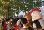 """近日,新国民喜剧电影《十万个冷笑话2》在北京举办了""""夏日送冷""""主题活动。电影主角时光鸡和雷神托尔组成""""鸡飞狗跳""""组合,在40摄氏度的高温下为北京街头的路人送去了清凉的冷饮,萌气十足的外形令路人纷纷驻足合影,有爱的举动更是得到了市民的力赞。这部由导演卢恒宇和李姝洁带来的解暑力作——《十万个冷笑话2》,即将于今年8月18日登陆全国各大影院。"""