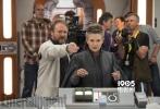 近日,令众多粉丝望眼欲穿的齐乐娱乐《星球大战8:最后的绝地武士》登上了《娱乐周刊》的封面,与之一起公布的是齐乐娱乐的数张剧照和片场照。在剧照上,凯洛·伦、芬恩、波·达梅龙以及蕾伊等主要角色一一登场。而在一张片场照中,我们看到了扮演莱亚工作的凯丽·费雪的身影。