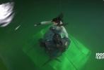 本周末,由杨磊执导,王大陆、张天爱主演的奇幻电影《鲛珠传》即将上映。记者当初在片场探班时,主演王大陆和张天爱可是经历了上天下水的挑战,不过两人的反应却截然不同。今天我们走进《鲛珠传》的独家片场一探究竟。