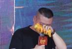 """8月12日,大鹏执导的第二部电影《缝纫机乐队》在京举行发布会,主题很简单,就是""""怼大鹏""""。当天,齐乐娱乐的几位主演乔杉、娜扎、岳云鹏、""""谢飞机""""曹桐睿、李鸿其、曲隽希等轮番登台对导演进行吐槽,娜扎更主动爆料""""初版剧本没有吻戏,结果进组后感情戏越加越多"""",令大鹏好生慌张。"""