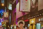 吴磊漫步香港街头,港风浓郁。