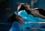 由蔡尚君执导,黄渤、宋佳、小沈阳主演的电影《冰之下》首曝剧照。黄渤头绑纱布、造型落魄,与小沈阳在街头游荡,宋佳身穿黑色泳衣漂在水上,十分性感。