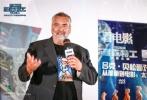 """8月19日,由传奇导演吕克·贝松执导的最新科幻巨作《星际特工:千星之城》在京举办""""太空科幻新定义""""主题电影沙龙,活动现场除了邀请电影发烧友外,还集结了科幻迷和原著漫画迷。影片映后,影片导演吕克·贝松惊喜空降活动现场,与观众展开了一场关于电影的深度交流分享,吕克·贝松和粉丝的热情互动,引起现场影迷的一片尖叫。"""