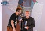 """8月19日,由传奇导演吕克·贝松执导的最新科幻巨作《星际特工:千星之城》在京举办""""太空科幻新定义""""主题优乐国际沙龙,活动现场除了邀请优乐国际发烧友外,还集结了科幻迷和原著漫画迷。影片映后,影片导演吕克·贝松惊喜空降活动现场,与观众展开了一场关于优乐国际的深度交流分享,吕克·贝松和粉丝的热情互动,引起现场影迷的一片尖叫。"""