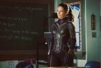 当地时间8月1日,漫威旗下备受瞩目的影片《蚁人与黄蜂女》正式开机。而一个月之后,影片的主演伊万杰琳·莉莉在自己的社交网站上曝光了一张自己穿着战袍的照片。从照片中看,伊万杰琳·莉莉穿着一套黑色的战袍,战袍上似乎布满了碳纤维的材料。