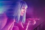 由美国索尼哥伦比亚优乐国际公司出品,大师级科幻导演雷德利·斯科特担任制片人,《降临》导演丹尼斯·维伦纽瓦执导,传奇摄影大师罗杰·迪金斯掌镜的科幻巨制《银翼杀手2049》今日发布新版中文预告,与上一支迷雾重重欲言又止的预告片截然不同,主角身份与角色逐一揭开,动作场面也大规模亮相。