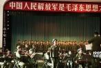 """由冯小刚执导、严歌苓编剧的电影《芳华》将于9月30日全国公映。今日,片方海报预告双发,这款""""战火青春""""版预告将贴片《敦刻尔克》,9月1日起,观众就可以在大银幕上看到。预告片中血肉横飞的战争场面和整齐划一的舞蹈不断交织,黄轩饰演的刘峰在战场上满身血污,文工团岁月的美好青春和残酷战争形成强烈对比。"""