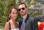 """他们是好莱坞爱侣中十分低调的那一对,很少在红毯上高调撒糖秀恩爱,因此这俩人正在秘密筹备婚礼的消息应该也不会让人太惊讶——据英国《太阳报》消息,""""法鲨""""迈克尔·法斯宾德与""""坎妹""""艾丽西亚·维坎德即将在西班牙的""""派对天堂""""伊比萨岛大婚,仅有少数亲友获邀参加婚礼。"""