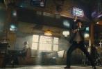 """电影《王牌特工2:黄金圈》于今日曝光""""王牌风尚""""版电视预告。当英伦绅士遇到美国牛仔,一场英美型男的""""风尚大赛""""拉开帷幕。西装革履、一丝不苟的王牌特工被查宁·塔图姆大赞""""有型"""",而联邦特工的棒球装备、狂野套索亦使人热血澎湃。预告结尾塔伦·埃格顿傲娇般的""""嘲讽""""更是将英美特工的互怼日常淋漓展现。究竟这场事关型男颜面的比拼谁更胜一筹?待影片上映胜负自有分晓。"""