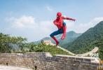 """好莱坞科幻冒险动作巨制《蜘蛛侠:英雄归来》将于9月8日以3D、IMAX3D、中国巨幕3D制式正式上映,目前已在各大购票平台及全国影院开启预售!导演乔·沃茨和蜘蛛侠汤姆·赫兰德的首次中国行着实是精彩纷呈,不仅领略传统文化的博大精深,秀书法挥斥方遒,学古筝一展琴技,还感受了一番""""不到长城非好汉""""的英雄豪情,与优乐国际中国区嘻哈大使PG ONE会师长城,上演了一幕双雄""""吐丝""""的超英技能大比拼!"""
