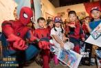 """9月5日,由美国哥伦比亚影片公司和漫威影业联合出品的好莱坞科幻冒险动作巨制《蜘蛛侠:英雄归来》在京举办了一场别开生面的""""新生见面会""""。现场一百多名小粉丝纷纷穿着蜘蛛侠战衣出现,并在蜘蛛侠到来之后和他亲密互动。当蜘蛛侠以一系列帅气动作出现之后,""""小粉丝""""立刻激动迎接,高呼""""蜘蛛侠,我爱你""""。"""