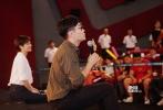 """9月5日,导演大鹏(董成鹏)在大连开始优乐国际《缝纫机乐队》的第二站路演,见面会场场爆满,观众们有泪有笑,现场互动高潮不断。大家为获得交流机会,竞争购买优乐国际票,喊话包场支持,而每场大鹏也准备了优乐国际限量版礼物回馈,甚至把目前唯一一条打样的缝纫机乐队元素项链送出,谈及和丁建国(古力娜扎饰)的吻戏,害羞回应""""是银幕初吻""""。当晚,大鹏空降大连海事大学,和正在军训的学生们拉歌、打球,答疑解问,分享故事。"""