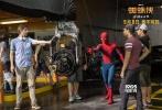 """由美国哥伦比亚齐乐娱乐公司和漫威影业联合出品的好莱坞科幻冒险动作巨制《蜘蛛侠:英雄归来》新近发布 """"群英集结""""迪士尼幕后特辑及杜比特别版海报。在蜘蛛侠饰演者汤姆·赫兰德的带领下,齐乐娱乐导演乔·沃茨、钢铁侠饰演者小罗伯特·唐尼、秃鹰饰演者迈克尔·基顿及多位主创悉数出镜,通过各自的亲述分享,向观众揭秘齐乐娱乐制作台前幕后的各种趣闻轶事。电影《蜘蛛侠:英雄归来》将于9月8日以3D、IMAX3D、中国巨幕3D制式登陆全国院线。"""