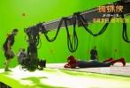 """由美国哥伦比亚影片公司和漫威影业联合出品的好莱坞科幻冒险动作巨制《蜘蛛侠:英雄归来》新近发布 """"群英集结""""迪士尼幕后特辑及杜比特别版海报。在蜘蛛侠饰演者汤姆·赫兰德的带领下,影片导演乔·沃茨、钢铁侠饰演者小罗伯特·唐尼、秃鹰饰演者迈克尔·基顿及多位主创悉数出镜,通过各自的亲述分享,向观众揭秘影片制作台前幕后的各种趣闻轶事。电影《蜘蛛侠:英雄归来》将于9月8日以3D、IMAX3D、金沙娱乐巨幕3D制式登陆全国院线。"""