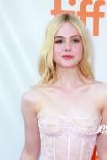 艾丽·范宁亮相多伦多沙龙网上娱乐节 一身粉裙尽显青春范