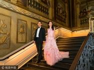 莫文蔚与老公相识30周年 在皇宫举行派对秀恩爱
