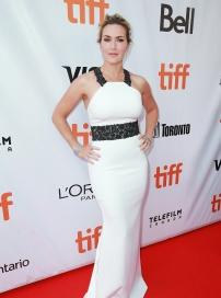 温斯莱特亮相《远山恋人》首映 一袭白裙显女人味