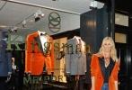 """近日,好莱坞动作冒险巨制《王牌特工2:黄金圈》导演马修·沃恩携夫人——著名超模克劳迪娅·席弗共同出席影片服装合作品牌的伦敦店活动,""""梅林""""饰演者马克·斯特朗也一同亮相。值得一提的是,该店铺完美还原影片中的王牌特工秘密基地——金士曼裁缝铺,熟悉的装饰与陈列一下让观众穿越回影片当中,品牌方可谓用心良苦。"""