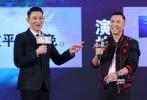 """30多年,甄子丹与刘德华终于在王晶新片《追龙》中""""合体""""。9月20日,该片在北京举行首映,现场,两位影坛大哥大不仅进行了犀利互评,还深情KTV对唱华仔的经典老歌《浪子心声》。"""