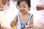 刘畊宏小女儿第一天上学开心吐舌 很像姐姐小泡芙