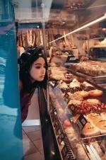 宋茜巴黎秒变小吃货 紧盯甜品橱窗眼神呆萌可爱