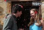 """跨越星际,爱有奇迹!由《缘分天注定》导演、爱情片大拿彼德·切尔瑟姆执导,《安德的游戏》、《雨果》中的""""英国最帅童星""""阿沙·巴特菲尔德领衔,好莱坞未来之星布丽特·罗伯森、《这个杀手不太冷》加里·奥德曼、美国百变女星卡拉·古奇诺担任主演的科幻爱情电影《回到火星》继宣布将于10月13日跨星席卷银幕后,又于今日曝光暖心特辑,男主""""火星男友""""阿沙·巴特菲尔德与""""地球女孩""""布丽特·罗伯森大谈电影幕后创作故事。在两位主演的描述下,影片中两人的浪漫邂逅与跨越星际的主题让人心生向往,《"""