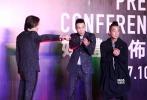 """10月3日,警匪动作片《孤战》在京举办启动发布会,总制片人孙建、监制王大为、导演钱国伟携主演陈小春、谢天华、朱永棠亮相,香港经典""""兄弟天团""""的重聚勾起了广大影迷的回忆。据悉,影片的主演还包括林晓峰和另一位神秘的重量级演员。"""