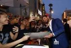 """美国当地时间10月10日,漫威《雷神3:诸神的黄昏》(以下简称《雷神3》)在洛杉矶举行盛大首映式,导演塔伊加·维迪提、主演""""锤哥""""克里斯·海姆斯沃斯、""""抖森""""汤姆·希德勒斯顿以及在片中饰演反派""""死神海拉""""的凯特·布兰切特、""""绿巨人""""马克·鲁法洛等悉数现身,著名演员马特·达蒙也参与了首映。"""