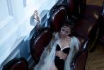 """暑期档卢靖姗以一部《战狼2》走红,她在片中饰演性格刚烈沉稳的援非医生Rachel;随后她受邀第74届威尼斯电影节并获得了Kineo Anica国际艺人奖。近日,卢靖姗拍摄的时尚大片更是再次与""""狼""""共舞:身着缎面长裙,身材婀娜火辣,眼神性感魅惑。"""
