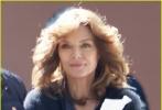 近日,正在拍摄中的《蚁人与黄蜂女》曝光了数张片场照,在片中扮演黄蜂女母亲珍妮特·凡·戴恩的米歇尔·菲佛,明艳亮相。虽然没有华服在身,但是姣好的面容和身材,还是展现出了这位已经60岁的女明星的魅力。此外,一代蚁人迈克尔·道格拉斯也穿着便服亮相片场。
