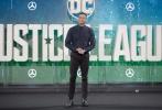 北京时间11月4日,今年底最重磅压轴的《正义联盟》(Justice League)在伦敦举行盛大首映礼。继上月底全员来华造势后,六大主演神奇女侠盖尔·加朵(Gal Gadot)、蝙蝠侠本·阿弗莱克(Ben Affleck)、超人亨利·卡维尔(Henry Cavill)、闪电侠埃兹拉·米勒(Ezra Miller)、海王杰森·莫玛(Jason Momoa)、钢骨雷·费舍(Ray Fisher)再度合体出击,群星男帅女靓光芒四射,性感出镜的神奇女侠和塑身成功的蝙蝠侠尤其吸睛。