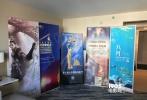 """美国洛杉矶当地时间11月1日,2017美国沙龙网上娱乐交易市场于洛杉矶开幕。由北京新闻出版广电局组织的中国北京沙龙网上娱乐代表团在此次沙龙网上娱乐市场""""中国展厅""""中设立联合展位,并通过各种不同形式参与展会,全方位多角度地向世界沙龙网上娱乐同行宣传北京沙龙网上娱乐和沙龙网上娱乐企业。中国北京沙龙网上娱乐代表团分别由北京国际沙龙网上娱乐节、阿里巴巴影业(北京)有限公司、北京新影联影业有限责任公司、北京宇际星海广告有限公司、国家大剧院、爱奇艺影业(北京)有限公司、优尼影视文化传媒(北京)有限公司、万达影视传媒有限公司和青年沙龙网上娱乐制片厂"""