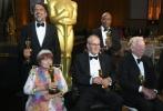 近日,第九届奥斯卡特别成就奖颁奖礼在美国洛杉矶举行,虚拟现实(VR)影片《血肉与黄沙》获得奥斯卡特别成就奖,是奥斯卡继皮克斯的《玩具总动员》(1995)后22年来再度颁发的奥斯卡特别成就奖,并且成为首部获得奥斯卡奖的VR影片。本片沙龙网上娱乐、奥斯卡金像奖得主亚历桑德罗·冈萨雷斯·伊纳里多(《鸟人》《荒野猎人》)与摄影师艾曼纽尔·卢贝兹基、传奇影业副主席玛丽·派伦特等主创出席并领取荣誉奖项。