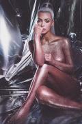 卡戴珊曝全裸写真 粉底液遮胸全身金粉身材太丰满