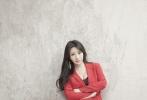 另一套红色西装,干练得体,长款几何耳坠修饰脸型, 黑色低领内搭搭配超高腰过脚面西裤,白色鱼嘴鞋隐约可见。