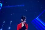 """近日,范冰冰出席某活动并荣获""""年度影响力人物""""荣誉。她穿一袭开叉红裙秀性感美腿,内搭黑色亮片裙霸气十足。"""