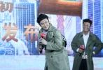 """时隔两年《唐人街探案》原班人马再度集结。2017年12月5日,《唐人街探案2》在北京举行发布会,导演陈思成,主演王宝强、刘昊然、肖央、王迅、刘承羽、尚语贤等一众主创身着卡其色风衣,手提旅行箱亮相。王宝强、刘昊然、肖央还在现场戴上假发,装扮成妖艳美女,""""吓坏""""台下观众。"""