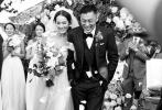 """12月5日,余文乐在微博发布婚讯,让一众粉丝措手不及。""""六叔""""的感言幸福感爆棚:""""在对的时间,遇到对的人,感谢上天把最好的你安排在最好的时候出现。""""他深情向自己的妻子王棠云告白,让许多粉丝艳羡不已。"""