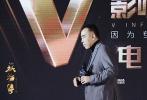 """12月7日,陈凯歌受邀第3届微博2017V影响力峰会沙龙网上娱乐论坛开幕嘉宾,作为备受沙龙网上娱乐界关注的沙龙网上娱乐之一,即将于贺岁档12月22日上映的《妖猫传》在微博上也成为备受年轻用户喜爱的沙龙网上娱乐。此次担任开幕嘉宾,演讲上陈凯歌和大家分享了四个自己与影评人的小故事,坦言自己最初的成长和影评人分不开,并表示沙龙网上娱乐创作者和影评人的不和谐与尴尬不可避免,而优秀影评人保持话语的独立性,实际上是表达了对沙龙网上娱乐真正的忠诚热爱。演讲中他借用著名影评人Sarris的话语""""我们赞成影评人热爱、呼吸和占有沙龙网上娱乐"""",表达对"""