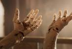 由二十世纪福斯出品、电影大师詹姆斯·卡梅隆(James Cameron)携手鬼才导演罗伯特·罗德里格兹打造的科幻动作电影《阿丽塔:战斗天使》日前首曝预告片,女主角阿丽塔(Alita)、导师戴森·艾德博士(Dyson Ido)、大反派萨曼(Zapan)等主要角色先后登场亮相,混乱无序的废铁镇、宏伟壮观的萨雷姆也都在预告片中得到忠实还原。《阿丽塔:战斗天使》的剧情设定于末世背景下的未来,以一名重生改造人的视角探索这个现实而残酷的世界,同时也加入对于人性善恶的思考。